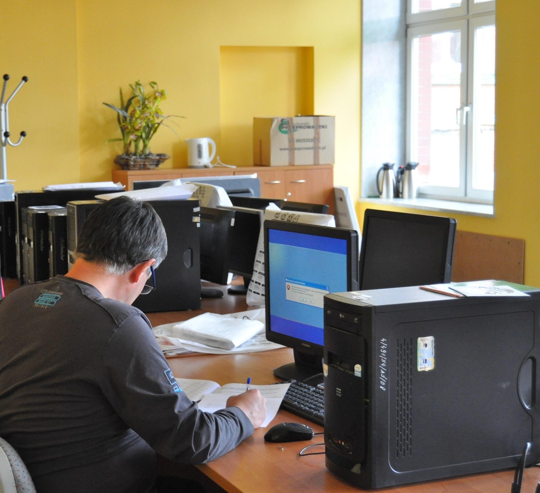 Ilustracja do informacji: Przekazanie komputerów